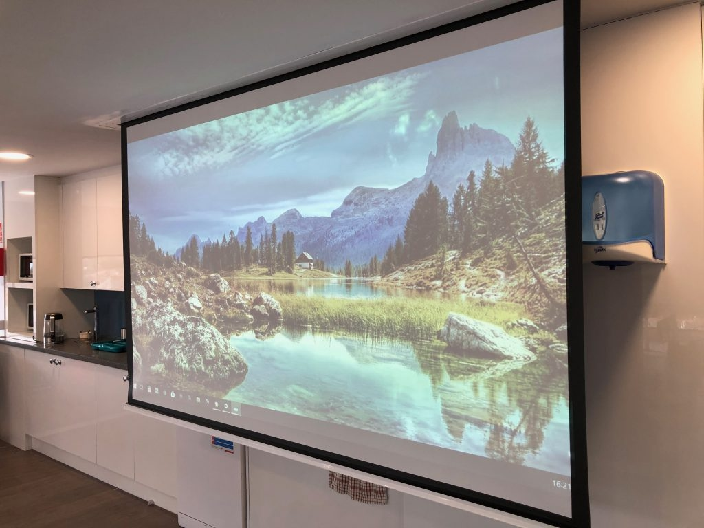Rretractable Projection Screen